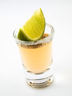 Shot tequila i limonka z krustą z soli